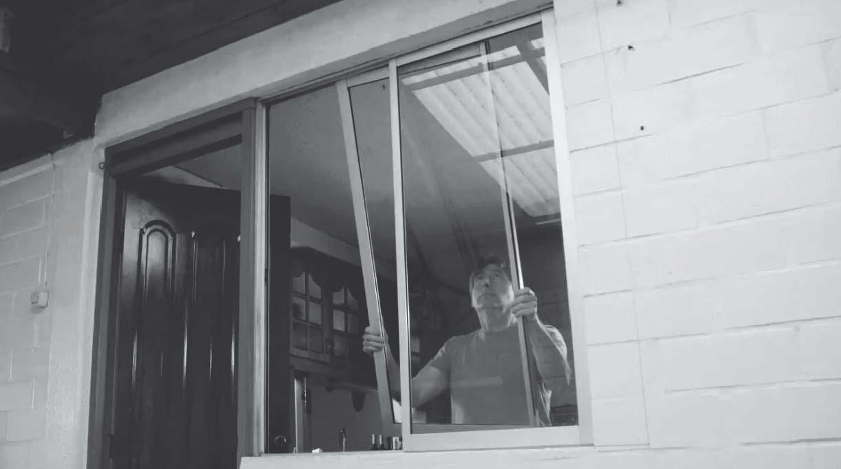 levantar las hojas de la ventana y luego sácalas hacia abajo