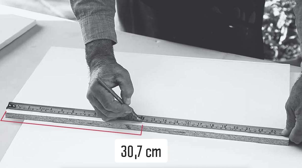 hacer una marca en el centro de la madera, a los 30, 7 cm