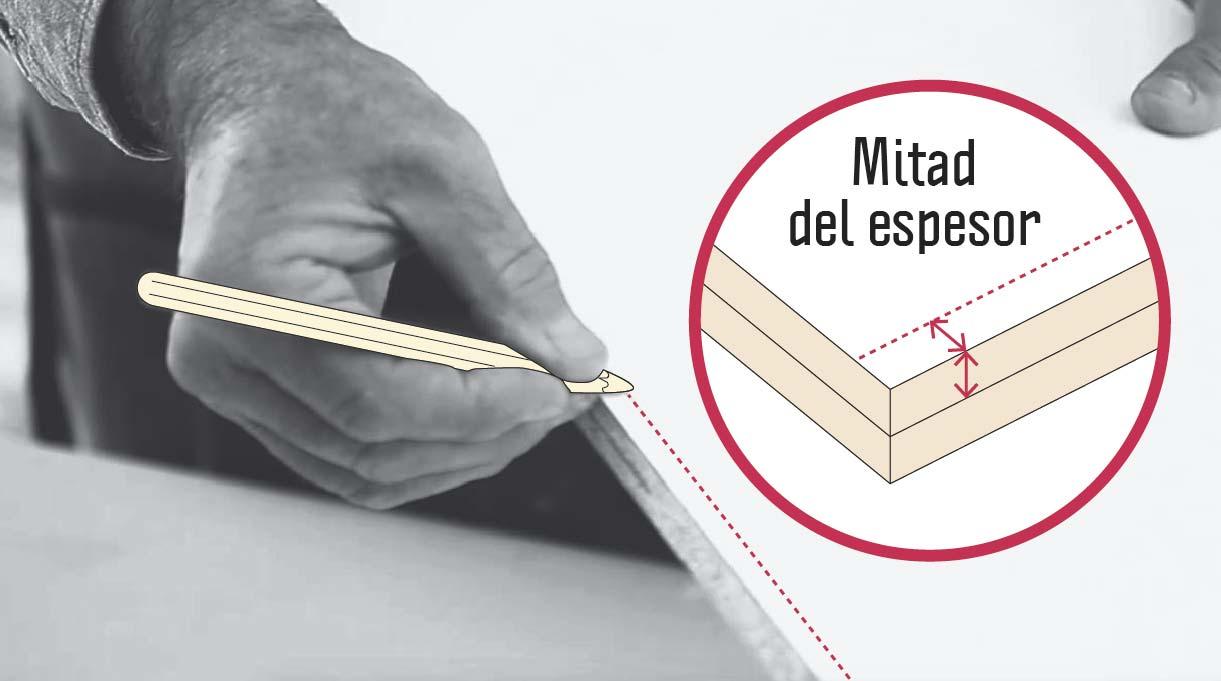 marcar la melamina a lo largo en el borde de 61,5 cm con marca que sea la mitad del espesor de la madera