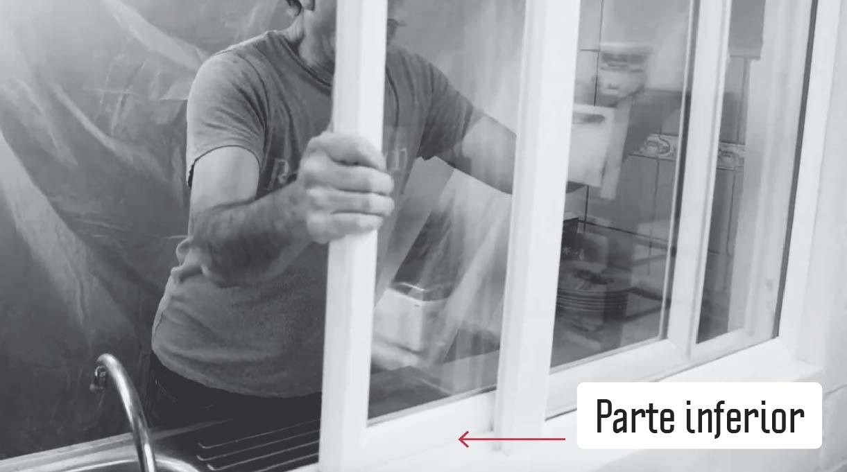 engancha la parte inferior de la ventana en el riel