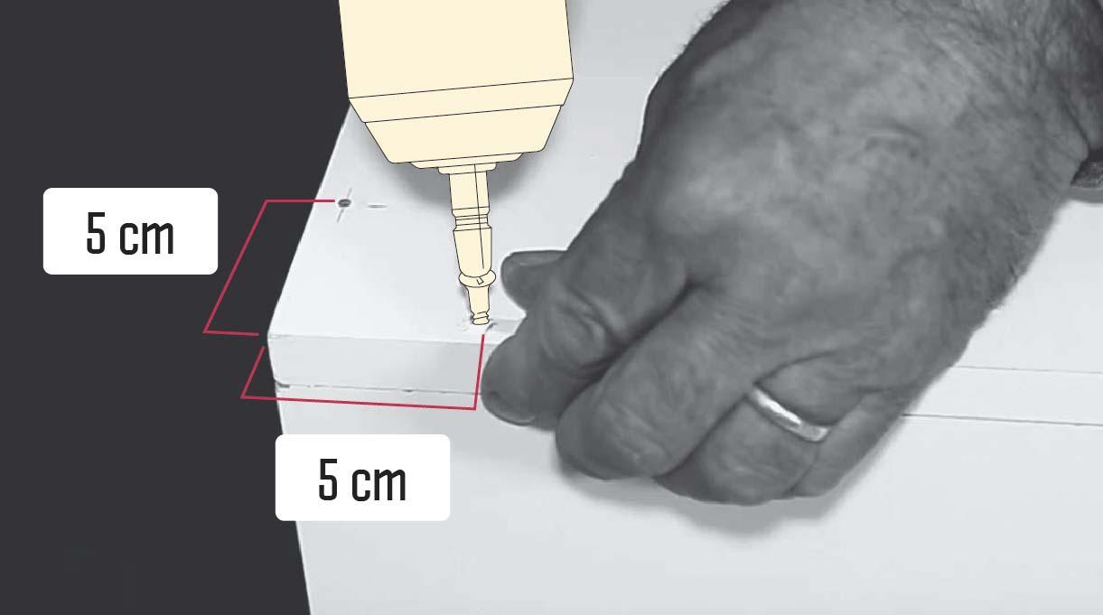 Marcar 2 perforaciones a 5 cm de cada borde por cada lado a unir