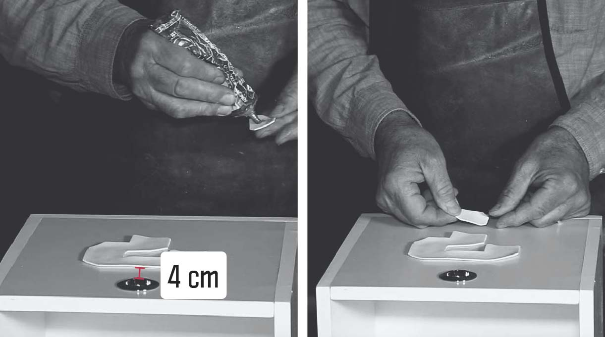 pegar los signos de interrogación en el frontal de los cajones con adhesivo de contacto