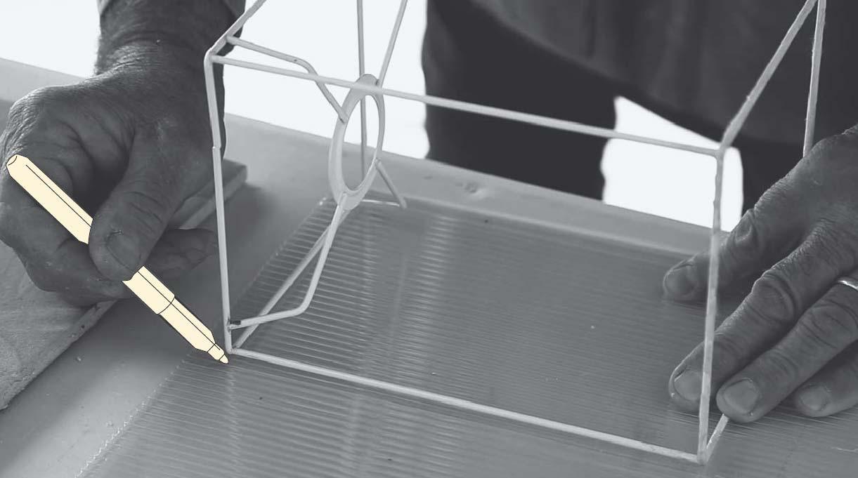 Marcar el corte en el policarbonato usando como guía la estructura antigua de la lámpara