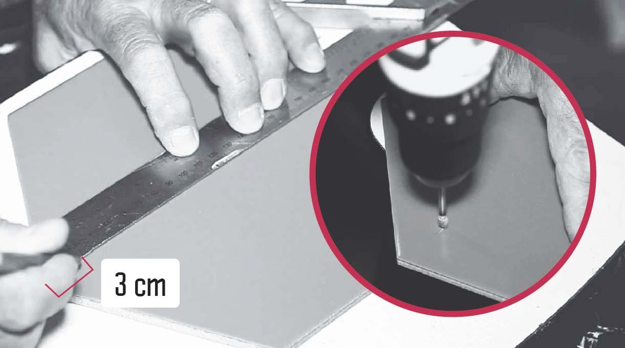 marcar 3 cm desde cada lado de la palmeta de cerámica