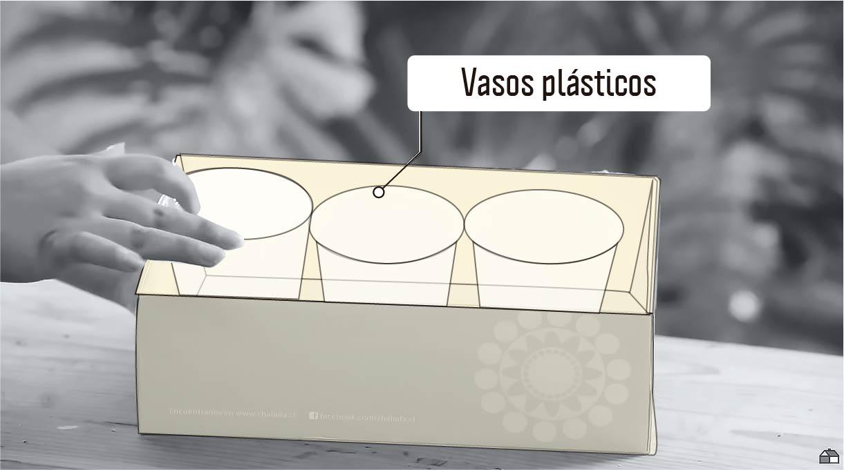 vasos plásticos como moldes interiores para hacer los maceteros de cemento
