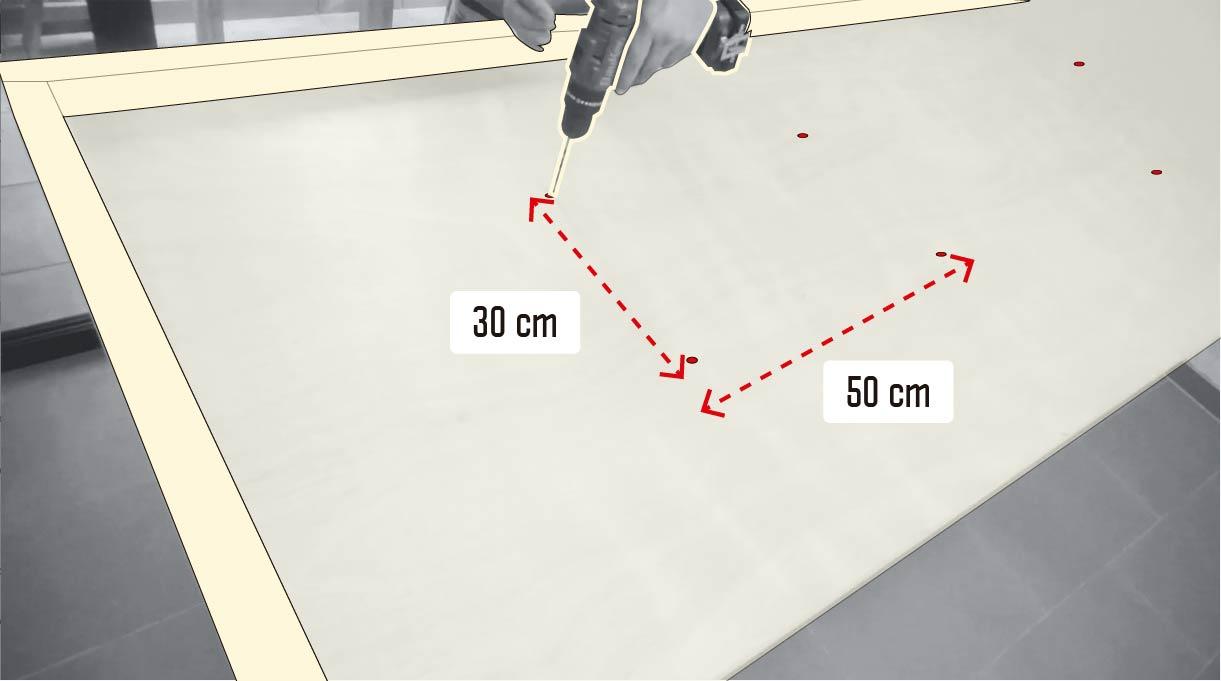 perforar la puerta a 30 cm a lo ancho y 50 cm a lo largo de la puerta