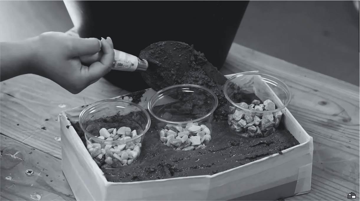 colocar la mezcla alrededor de los vasos