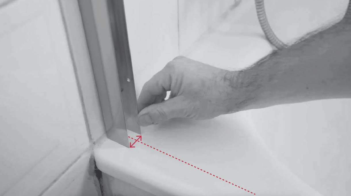 centrar la barra de aluminio en el borde de la tina