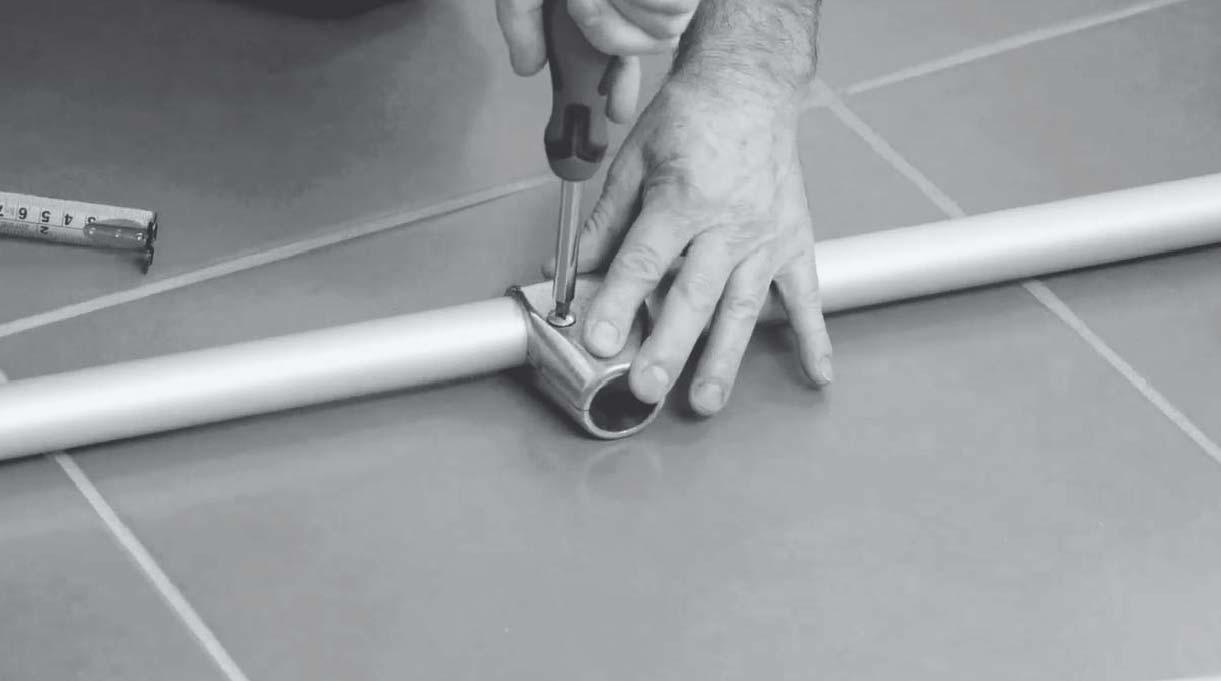 Ajustar los pernos que trae la unión al tubo con el destornillador