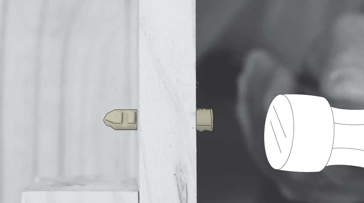 golpear el tarugo nylon con un martillo para introducirlo en el muro