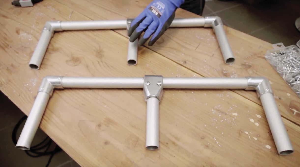 Fijar en los codos los tubos cortos de 18 cm arriba y abajo