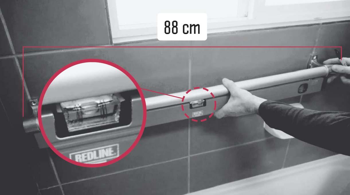Nivelar la posición del tubo de aluminio con el nivel burbuja