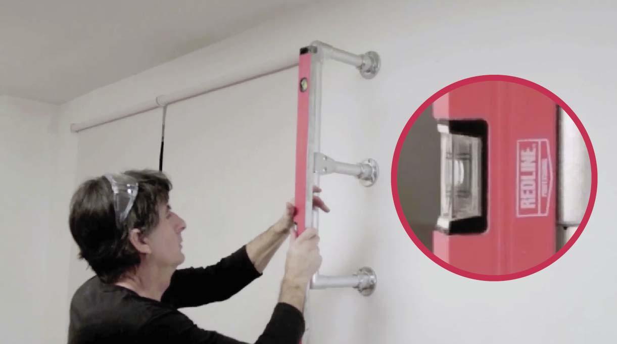 Regular con el nivel de burbuja los soportes de la repisa de cocina