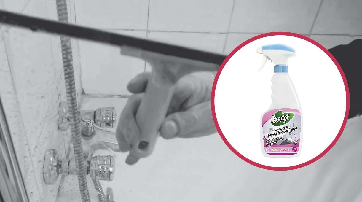 elimina las gotas de agua con una paleta de goma y aplica removedor de sarro
