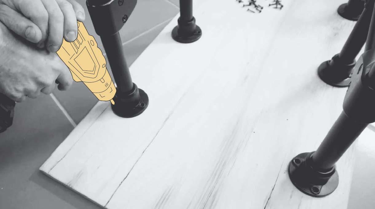 Ajustar la estructura del escritorio industrial de manera centrada en la cubierta y atornillar para unir las patas a la cubierta