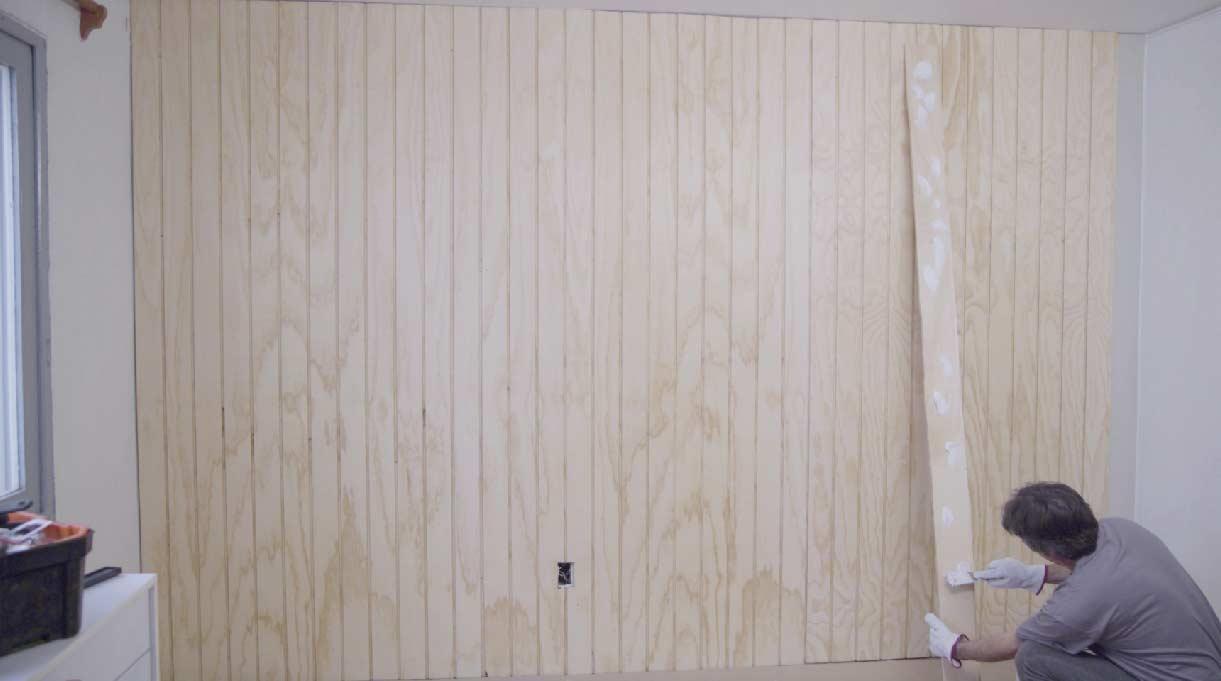 hombre terminando de fijar el terciado en el muro
