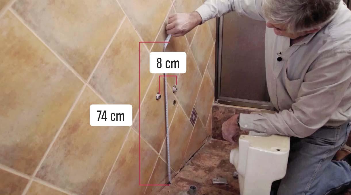 las dos placas de instalación del lavamanos con accesibilidad universal van a 74 cm desde el suelo y a 8 cm al eje de la placa desde el centro