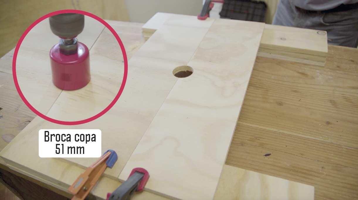 hacer el calado para las puertas abatibles con broca copa de 51 mm