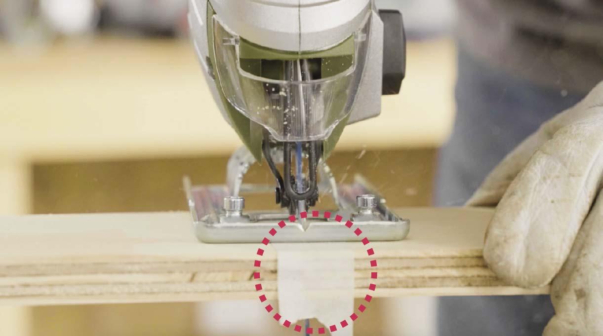 colocar un pedazo de masking tape sobre la marca donde se realizará el corte