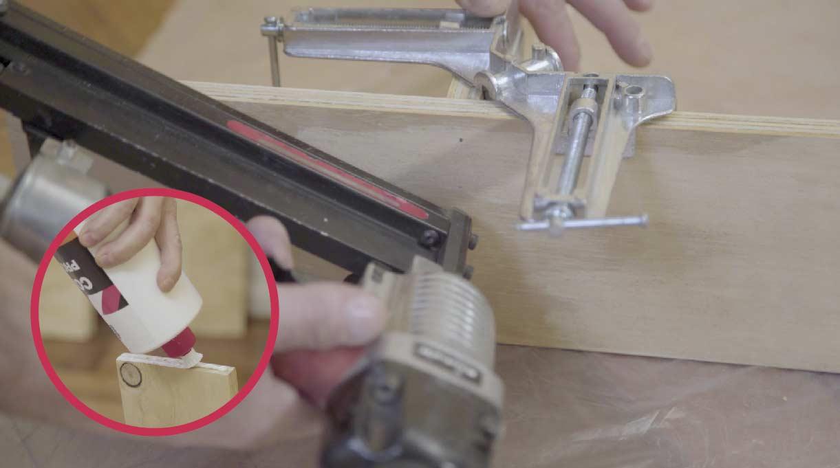 Hacer las fijaciones con un cordón de cola fría y la clavadora neumática