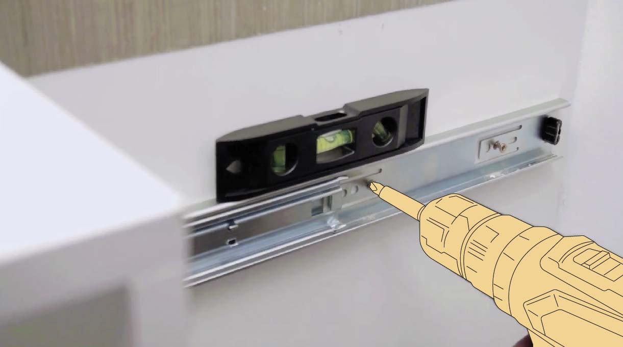 usa el nivel burbuja para asegurarte de haber instalado bien las correderas telescópicas de la despensa para cocina
