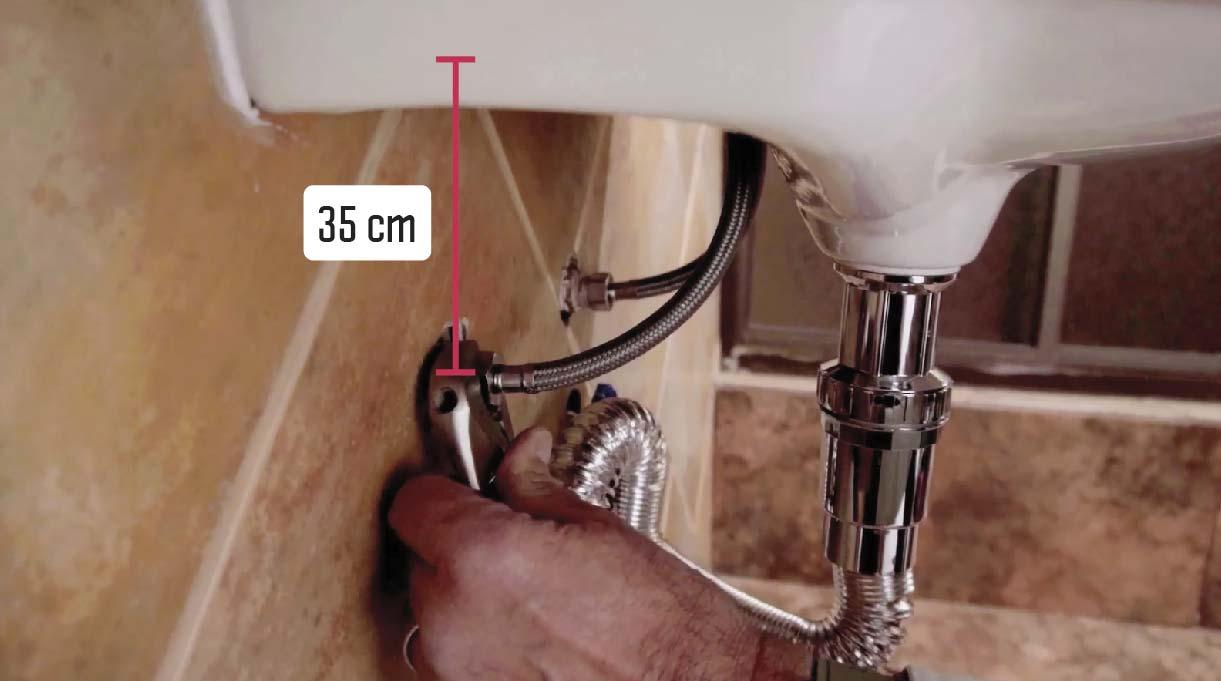 35 cm entre la base del lavamanos con accesibilidad universal y los flexibles de salidas de agua