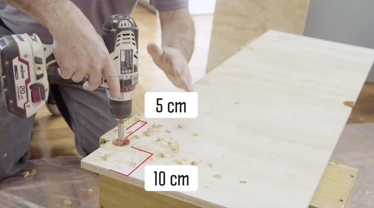 instalar la tapas superior abatible con  bisagras rectas que van a 10 cm desde los costados y a 5 cm desde el borde