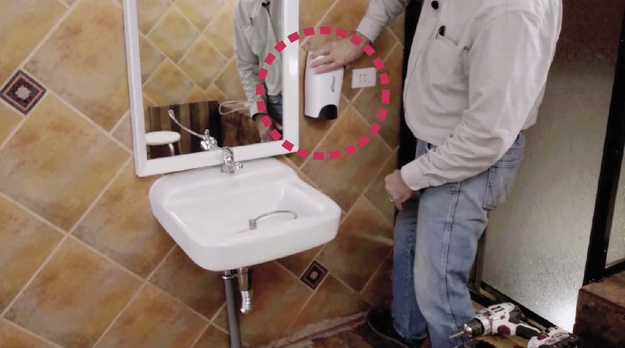 Instalar el dispensador de jabón a un metro desde el suelo y a unos 3 cm de distancia del espejo