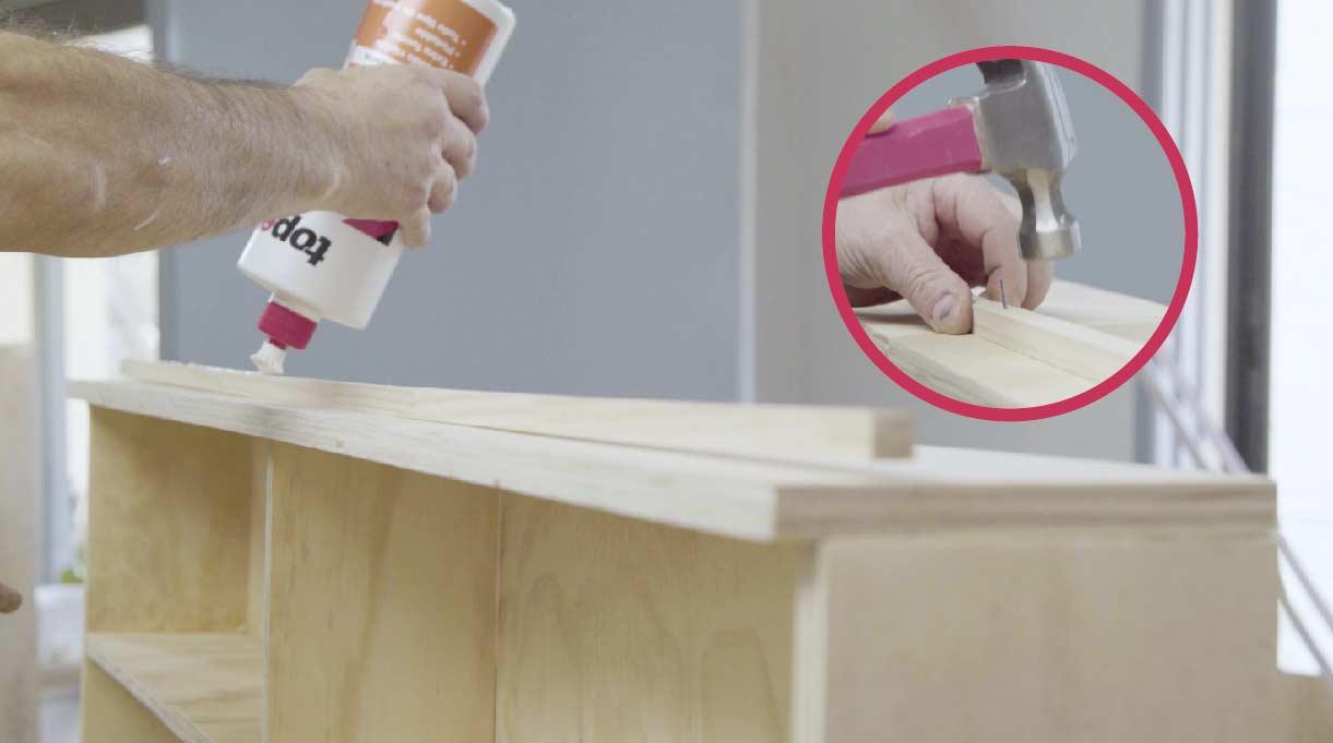 pegar un junquillo de 1 x 1 cm a modo de tope en la parte superior del maxi respaldo para cama