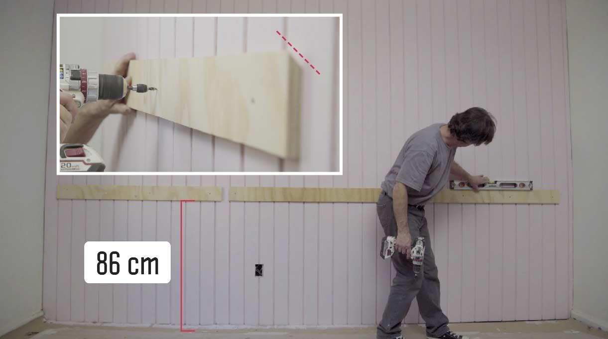 Fija las 3 piezas de 10 cm al muro a 86 cm desde el piso