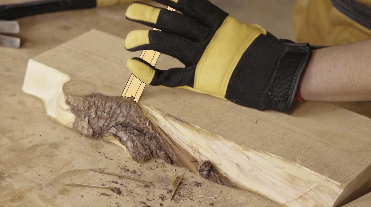 Retira la corteza del despunte de madera trabajando con el formón