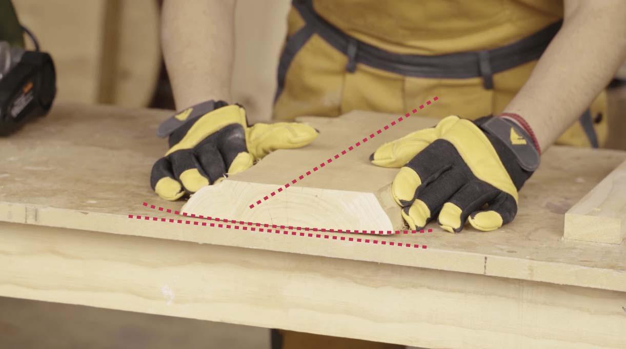 El trozo de madera debe tener el mismo espesor y nivel en toda la cubierta