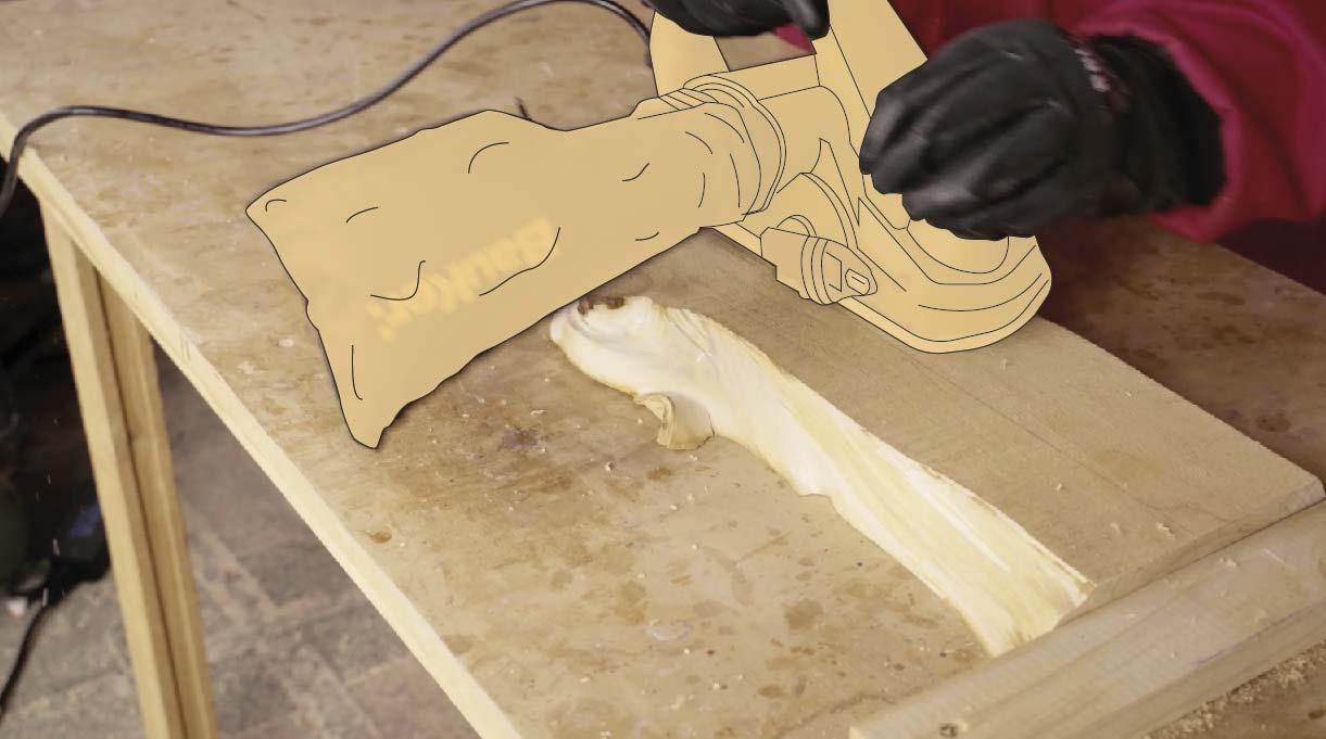 Pasa el cepillo eléctrico por la cubierta y la trasera del trozo para nivelar la madera