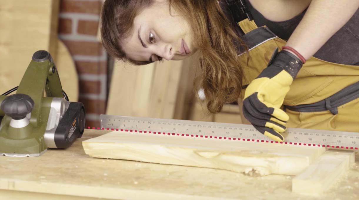 Mientras cepillas, revisa el nivel de la madera con una regla para confirmar que esté quedando pareja