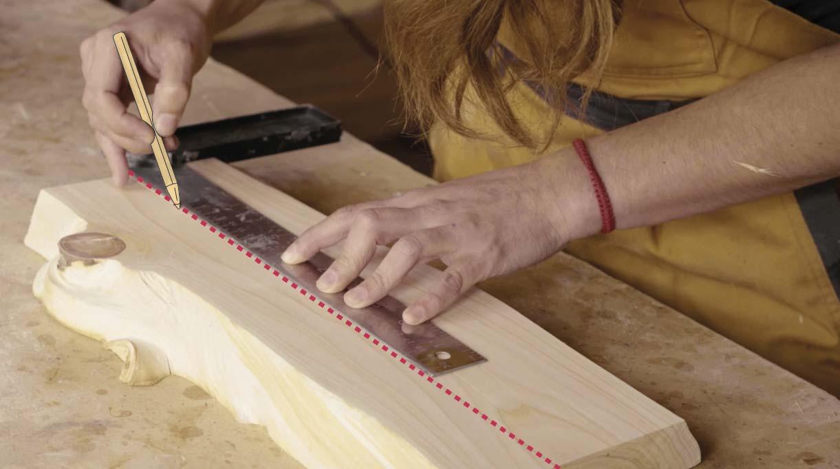 Ubica el centro del trozo de madera y, con un lápiz y una regla, traza una línea en el centro