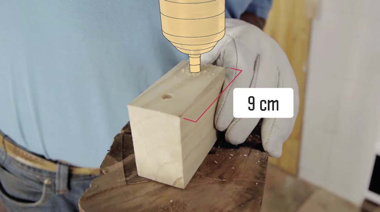 """Coloca a cada lado de la pata que va hacia el muro un trozo de madera de 2"""" x 3"""" de 9 cm"""