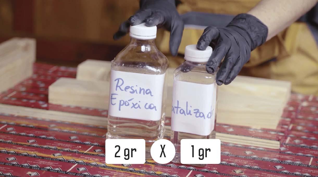 Mezcla la resina con el catalizador en proporciones de 2 gramos de resina por 1 gramo de catalizador