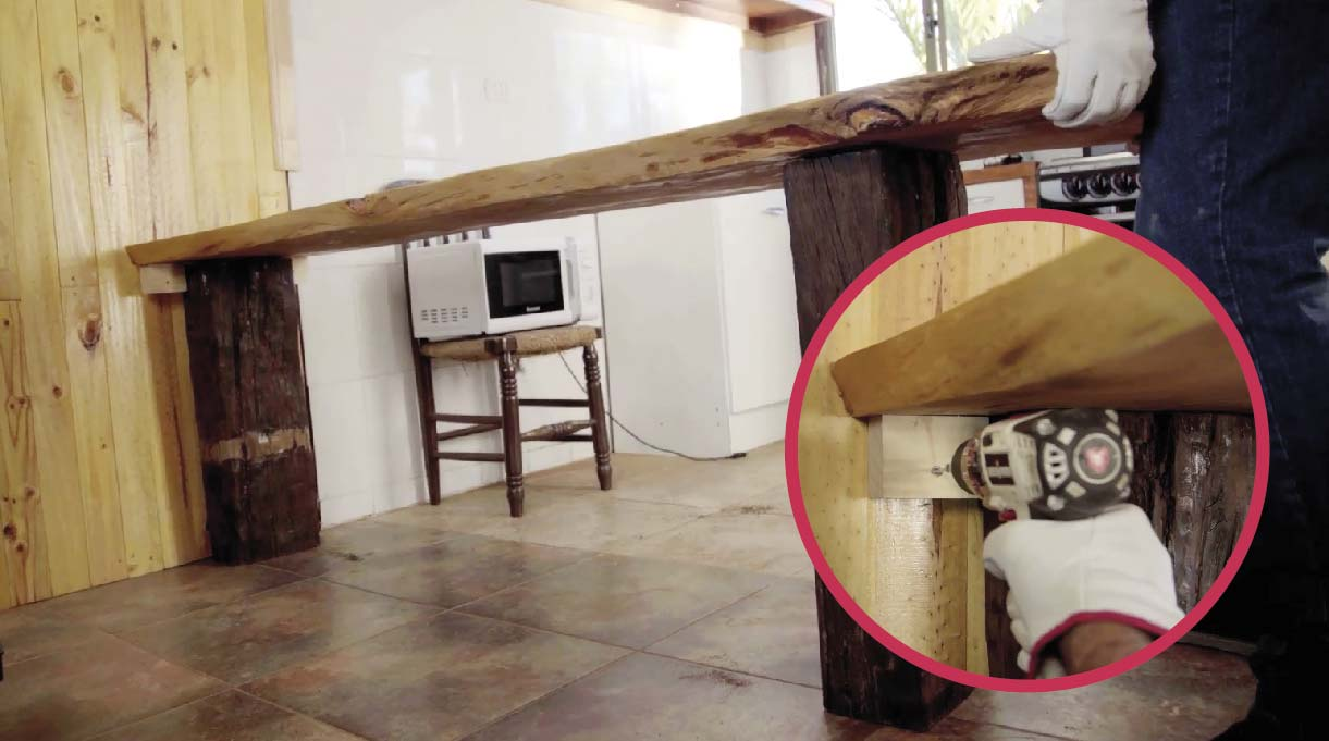 Acomoda la mesa en su posición final y para evitar que se mueva, fíjala al muro colocando otro tornillo de 3 pulgadas en el avellanado del centro