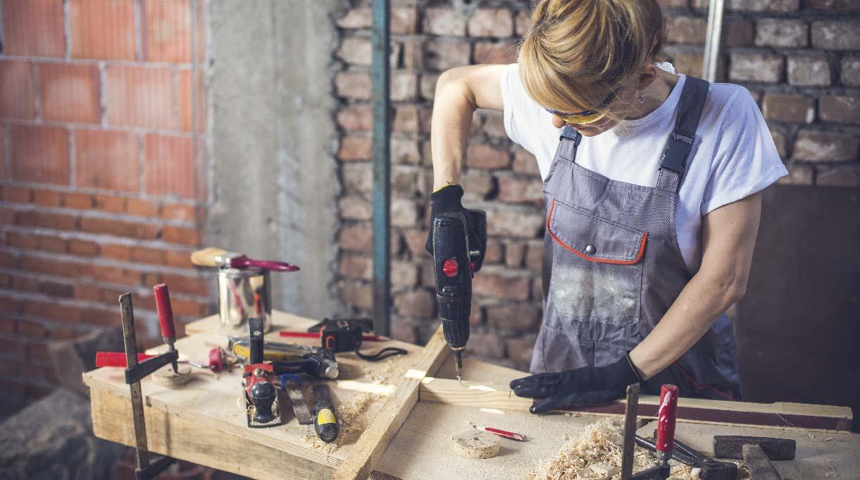 mujer trabajando con el taladro inalámbrico
