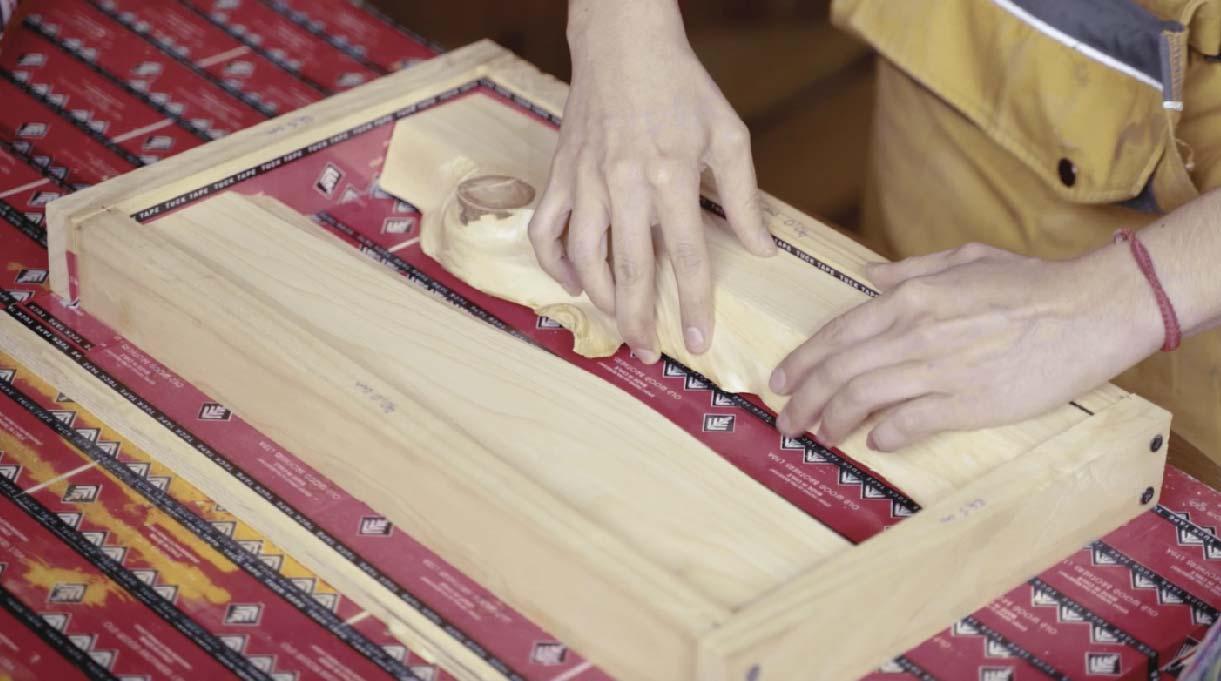 Coloca los 2 trozos de la madera que lijaste y que conformarán la tabla de picar en el molde que acabas de armar