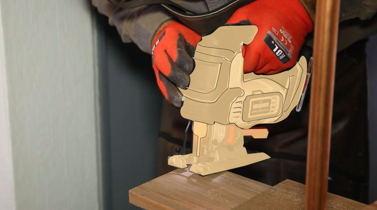hombre usando sierra caladora para hacer calados en el roble vaporizado que será una repisa del estante de cobre