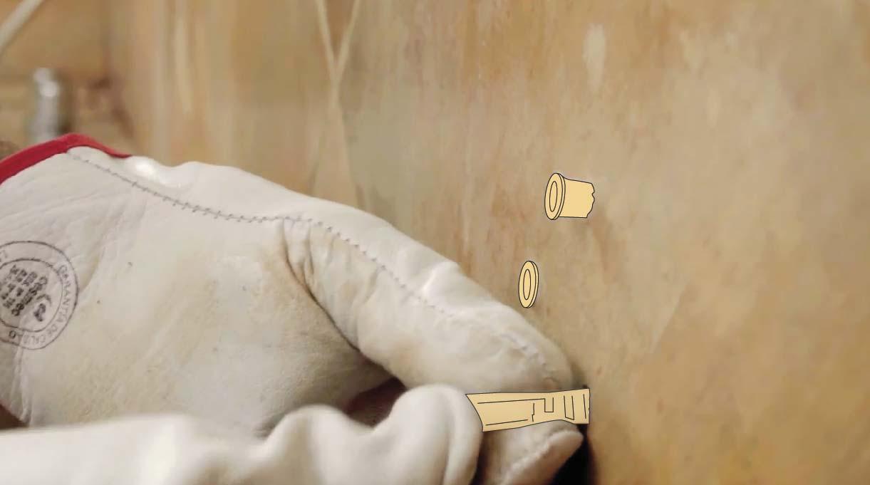 Instala la barra de seguridad en un muro de hormigón con tarugos de nylon y tornillo