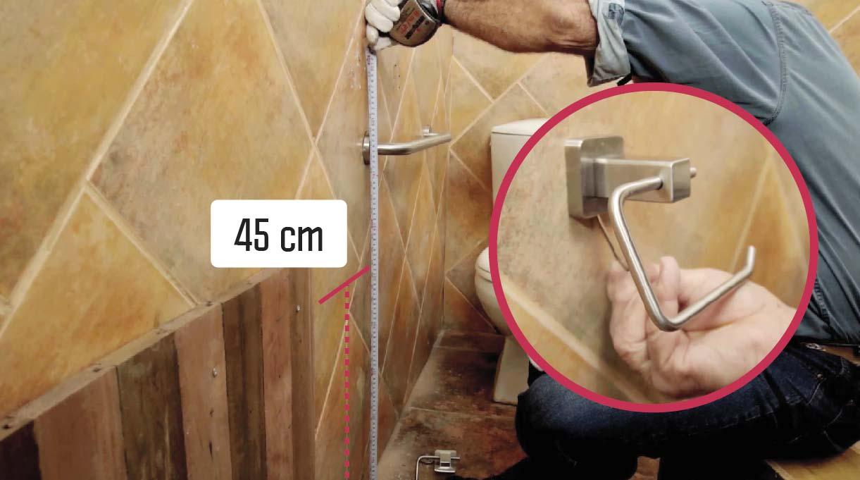Si instalas una barra de seguridad en un baño, es bueno instalar debajo un porta rollo para papel higiénico a 45 cm desde el piso