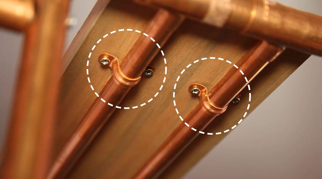Coloca las tablas de roble y fíjalas con abrazaderas al tubo