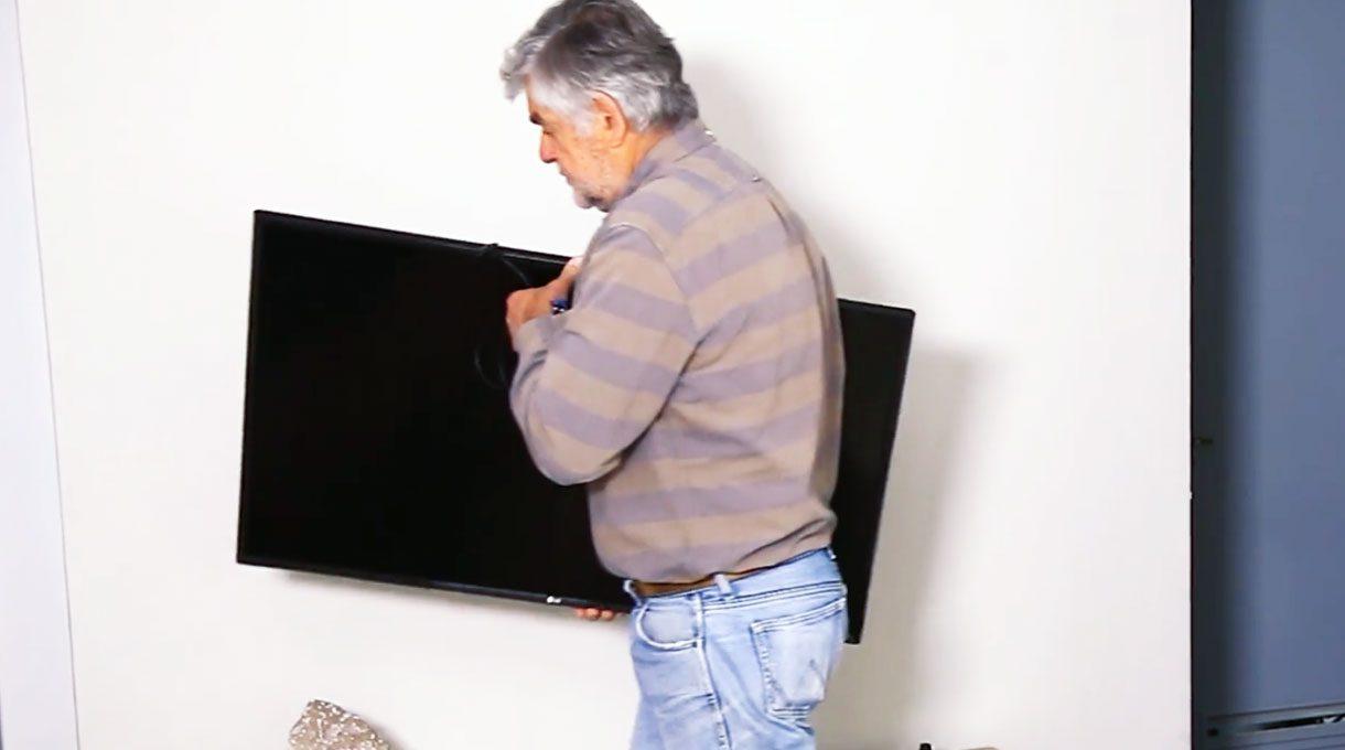 hombre acarreando un televisor